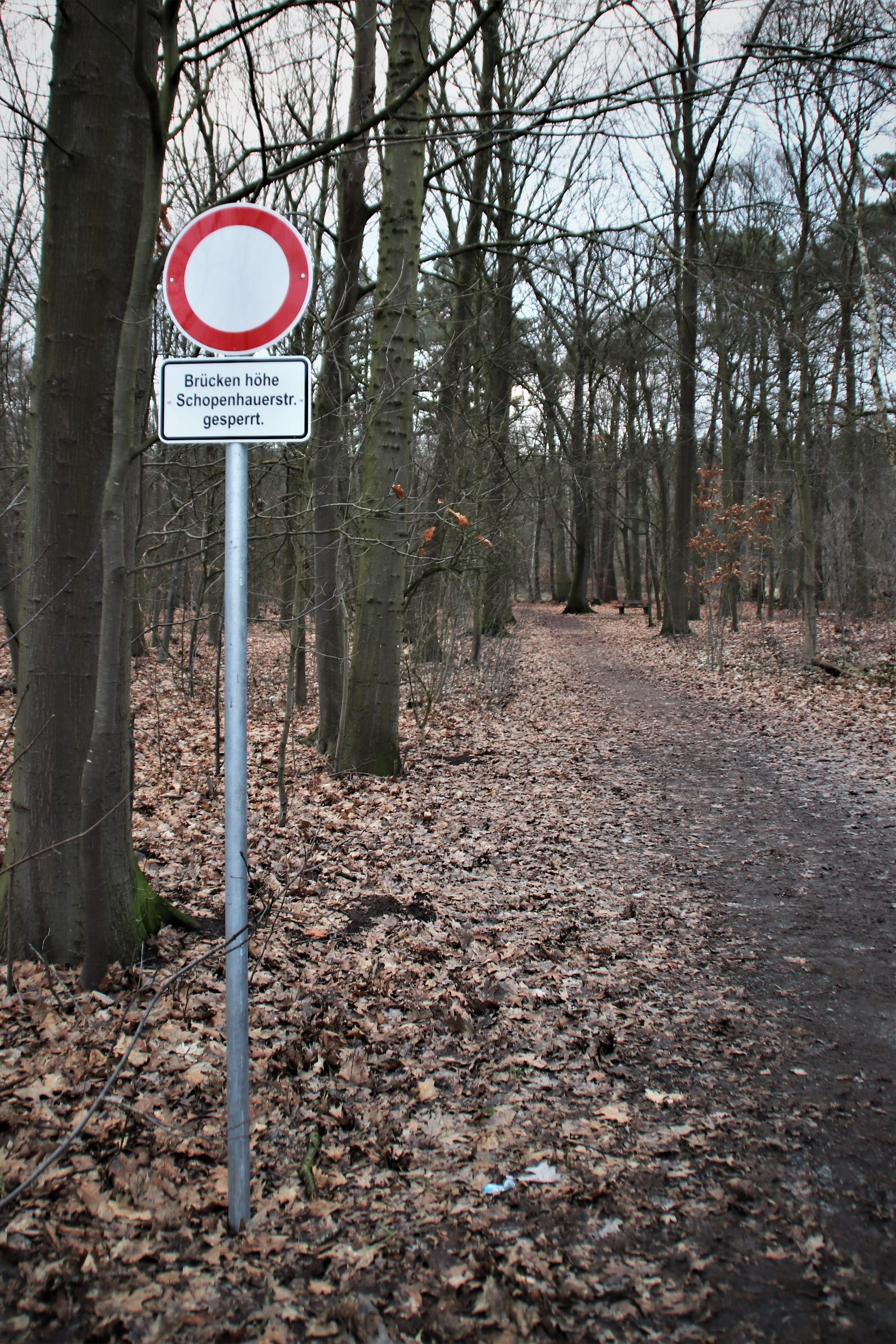 Ein Schild am Eingang des Tiergartens an der Oldenburger Straße weist auf die Sperrung hin
